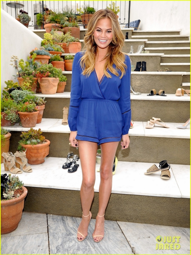 Крисси Тейген на ланче, устроенном представителями обувного бренда RAYE