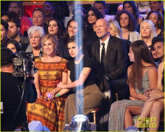 Счастливые младшие сестры, мама, отец и его новая жена во время оглашения победителей