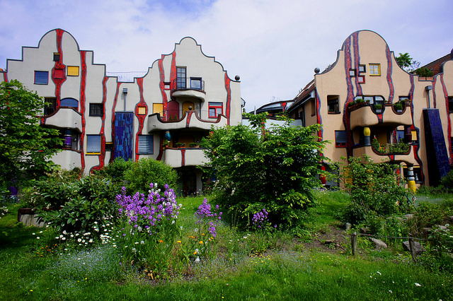 Дом Хундертвассера в Плохингене — идеально выверенная архитектурная композиция, символизирующая тающие сладости после капель дождя. Отличается веселыми расписными красками, яркими керамическими фигурками. Домик спроектирован лично архитектором и считается одним из наиболее знаменитых зданий Южной Германии, идеальным местом для посещения и создания памятных фотографий. Кажется, что деревья растут прямо из крыши. Многие архитекторы до сих пор пытаются, но не могут повторить идею Фриденсрайха.
