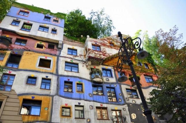 Дом Хундертвассера в Вене — жилой дом в Вене. Всего в нем находится 52 квартиры. Внутренняя обстановка не всегда соответствует внешнему облику здания. Строительство дома было завершено в 1985 году. Сегодня это здание является архитектурным наследием австрийского зодчества.