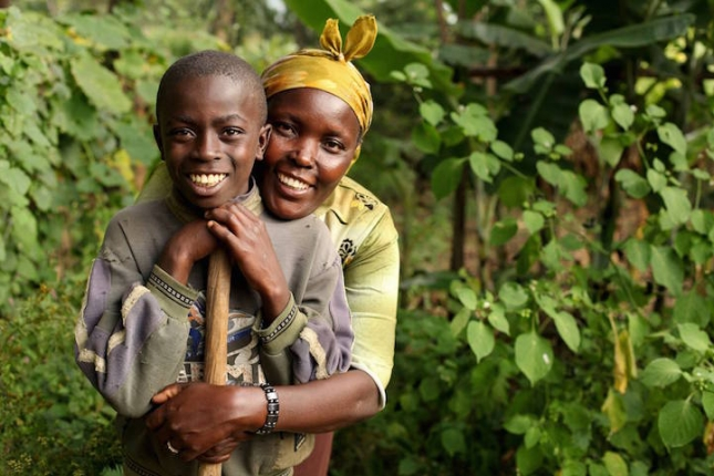 В бедной деревне в Кении Эстер Гатаку считает себя богачкой. Она является лидером организации, которая высаживает деревья. Этой женщине тоже помогает финансово организация Ripple Effect. Эстер сумела высадить урожай кукурузы, который на 50% превышает результативность посадок ее соотечественников. С приемным сыном Энтони они трудятся на своей земле. Она потеряла своих родителей, которые умерли от СПИДа и старается накопить денег, чтобы стать юристом и уехать из деревни. Эстер помогает освоить навыки земледелия своим землякам.