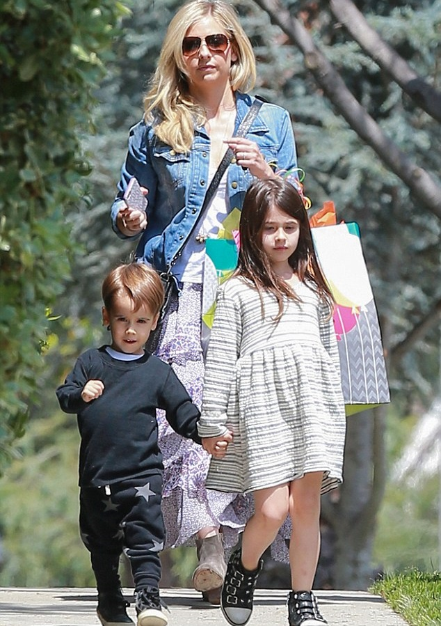Сара Мишель Геллар с детьми