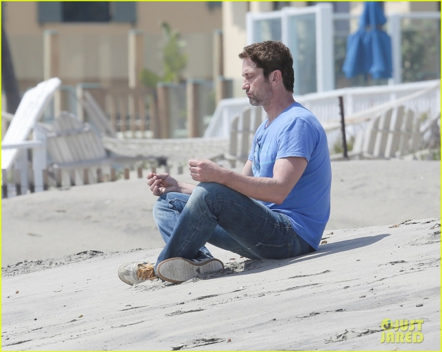 gerard-butler-meditates-on-malibu-beach-02