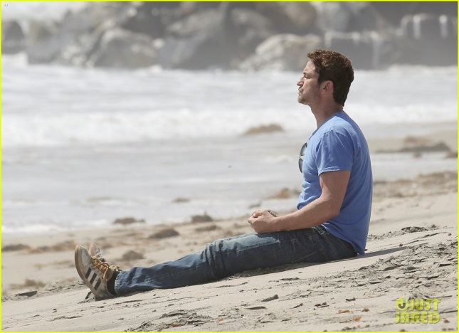 gerard-butler-meditates-on-malibu-beach-04
