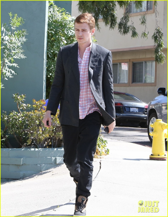 hayden-christensen-looks-handsome-for-weekend-errand-run-02