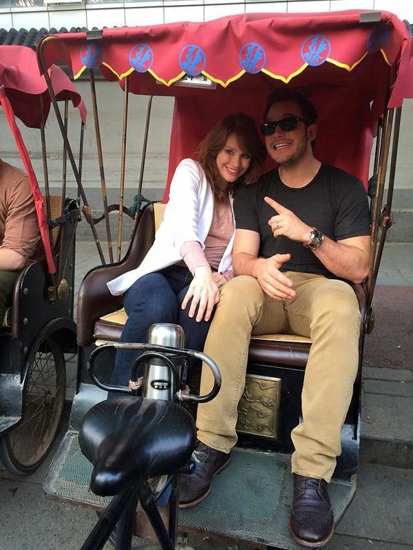He-his-Jurassic-World-costar-Bryce-Dallas-Howard-took-rickshaw