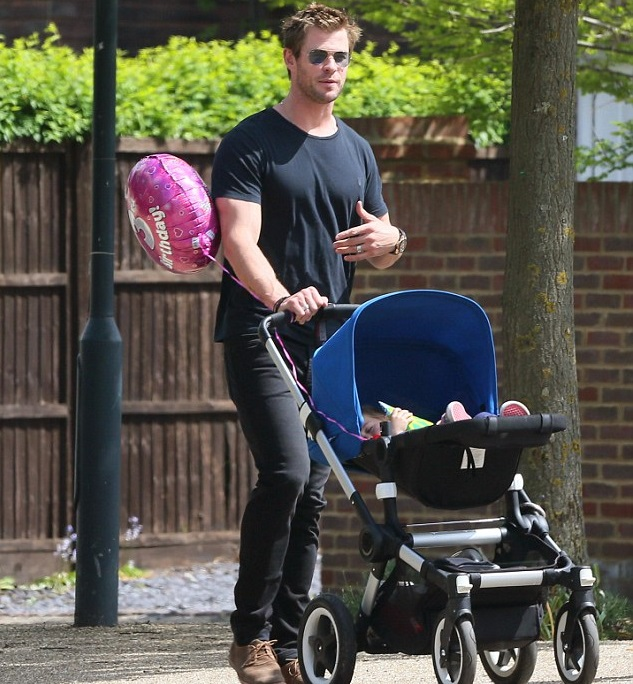 Крис Хемсворт с малышом