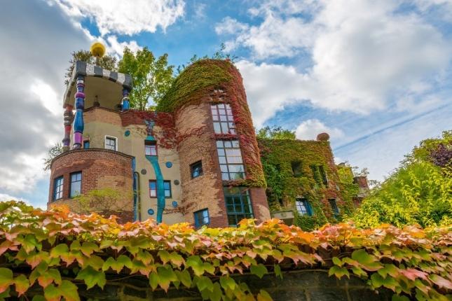 """Хундертвассерхаус в Бад Содене Строительный комплекс """"Hundertwasser in den Wiesen"""" построен в городке Бад-Соден. Рассчитан на 22 квартиры. Здесь есть также аккуратная баня, купола здания напоминают мечети."""
