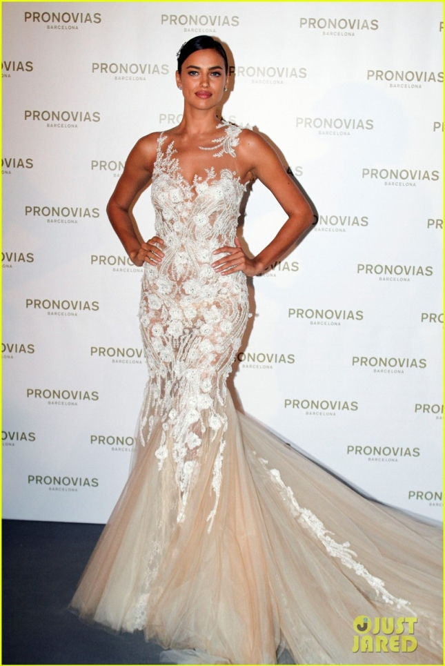 irina-shayk-walks-in-bridal-runway-spain-01