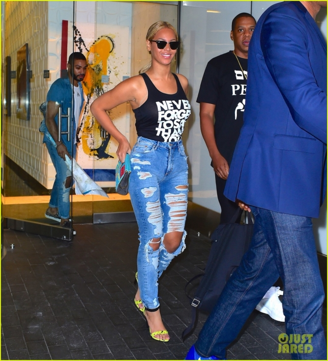 jay-z-bought-game-of-thrones-prop-for-beyonce-05