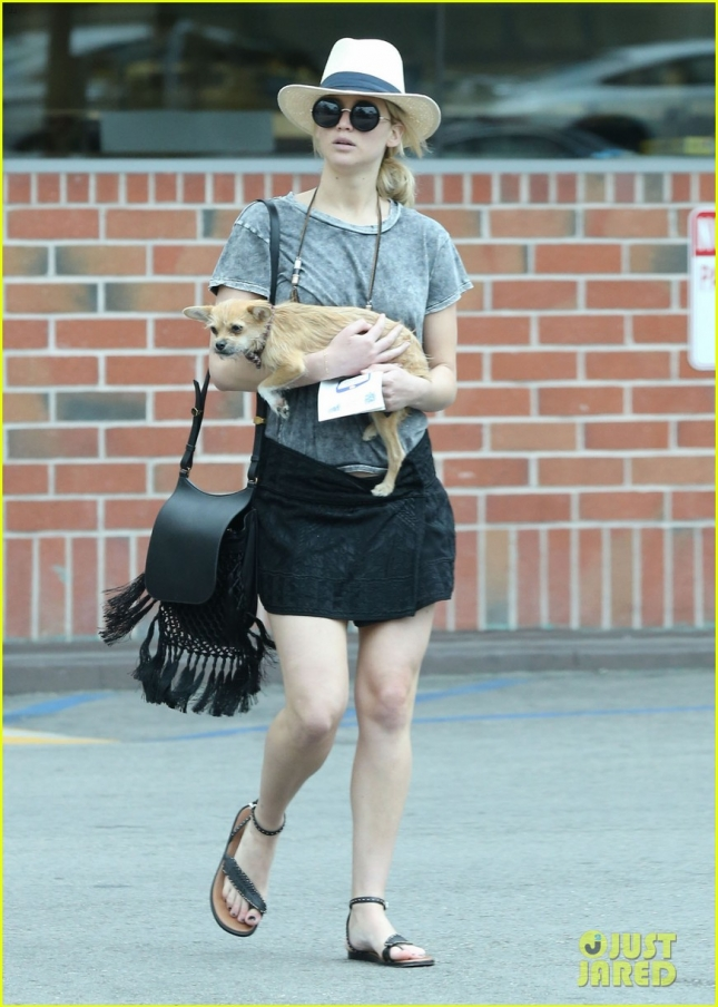 jennifer-lawrence-makes-stop-at-rite-aid-with-dog-03