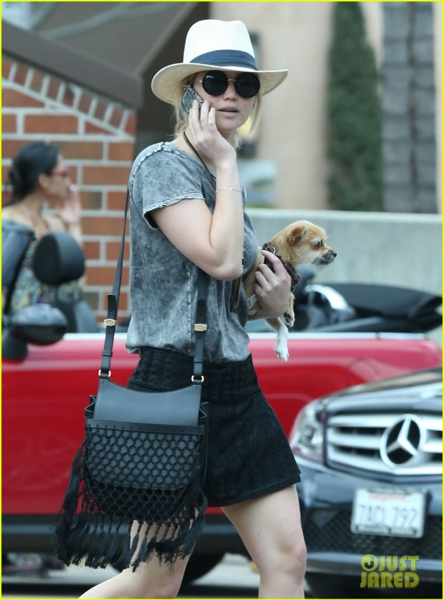 jennifer-lawrence-makes-stop-at-rite-aid-with-dog-06