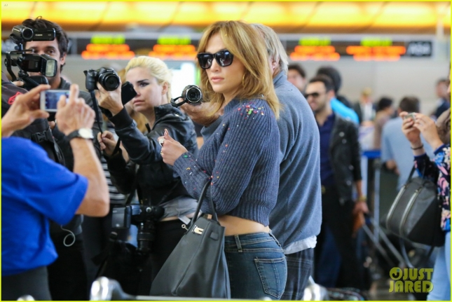jennifer-lopez-gets-confetti-bombed-at-lax-airport-06