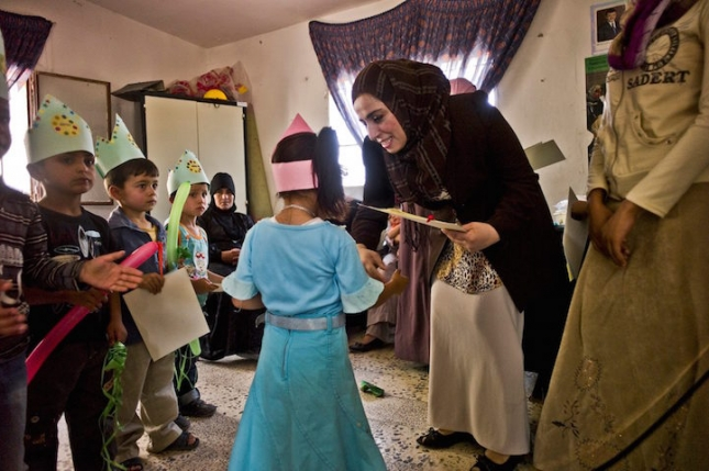 Чинань Наджьябанди дипломированный воспитатель в детском саду, в Иордании, в небольшом городочке неподалеку от Багдада.Война превратила город Савафи в пыльное ультраконсервативное «гетто», где проживают радикально настроены мужчины. Прибыв в город в 1996 году после похорон мужа, Чинань столкнулась с гонениями на своих детей со стороны свекра, который хотел убить их. Чтобы выжить, ей пришлось идти замуж за брата мужа. Она вышла, но в течение 9 лет тайно пыталась создавать Комьюнити, которое сегодня состоит из 50 человек. Под ее руководством женщины обучают малышей компьютерной грамотности, разным полезным навыкам. По факту это детский сад и сообщество, где люди делятся пищей, свежей водой, помогают друг другу финансово, употребляя кооперативные средства. Это мир в мире, где жить невозможно в принципе. Раньше мужчины города могли и убить за это, а сейчас уже полегче, но все равно приходится все делать тайком и тишком.