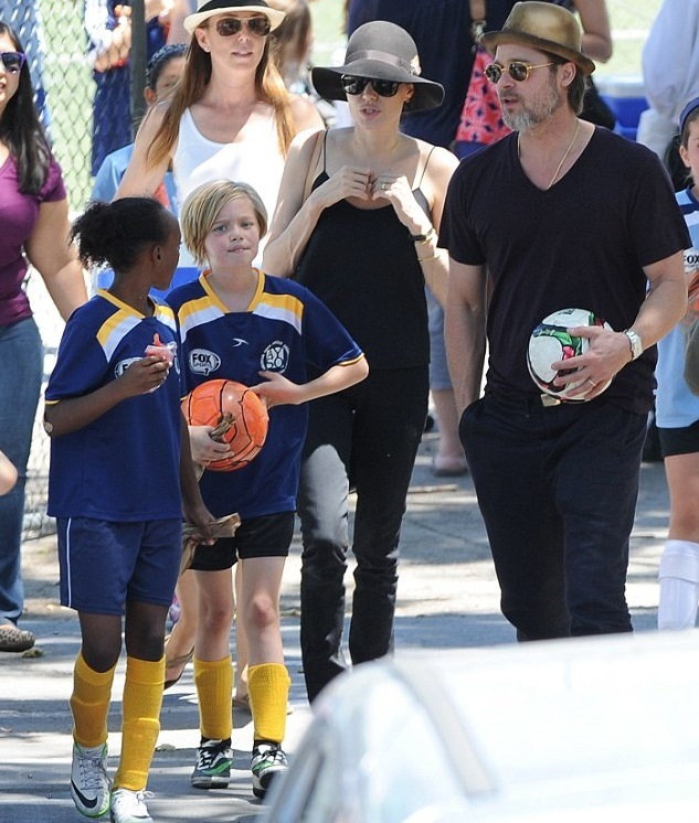 Анджелина Джоли и Брэд Питт с дочками