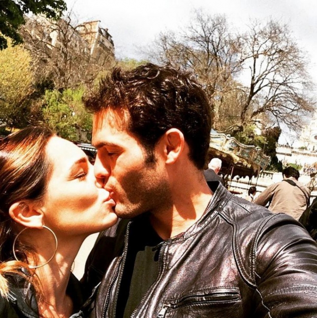Фото с поцелуем, три понятных всеми символа и мы знаем, что Келли Брук встретила новую любовь - Джереми Паризи