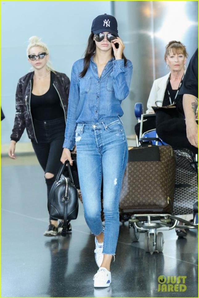 Кендалл Дженнер прилетела в Нью-Йорк одним рейсом с мамой Крис и своим визажистом Джойс Бонелли