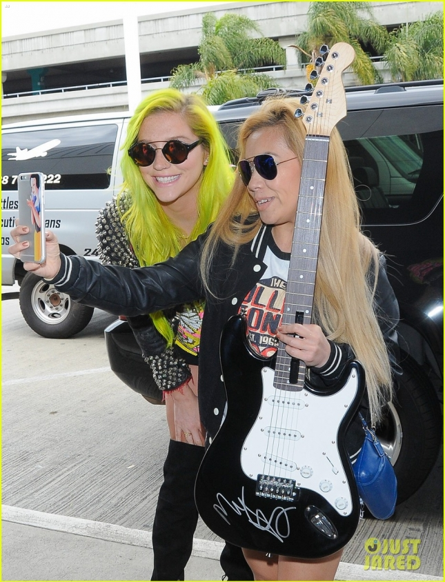 kesha-debuts-neon-green-hair-13