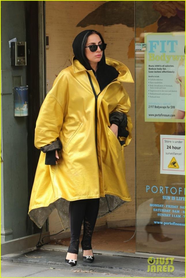 Леди Гага скрасила Нью-Йорк своим жёлтым бесформенным плащиком