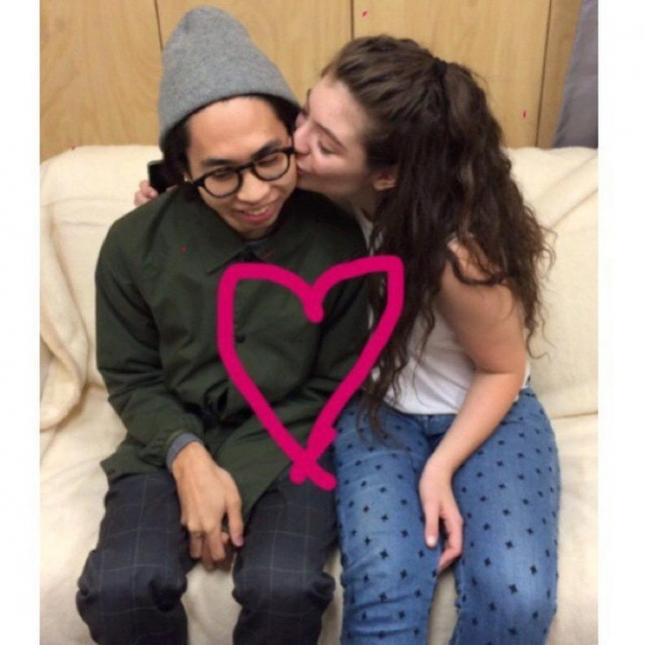 Мама певицы Лорд разместила фото дочери и её молодого человека Джеймса Лоу в связи с двухлетием их романтических отношений