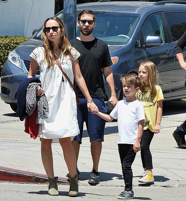 Тоби Магуайр с семьей