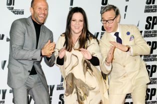 melissa-mccarthy-jason-statham-get-silly-at-spy-berlin-photo-call-02