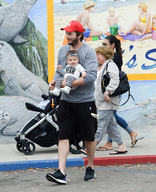 Эштон Катчер и Мила Кунис с дочкой и родителями Милы