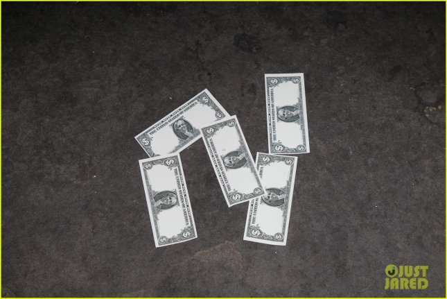 miley-cyrus-gives-out-fake-money-to-paparazzi-11