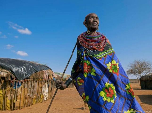 «Я стара. Я не знаю, сколько мне лет, но я жила во время Второй мировой войны». Налтатени Лесепе из Кении живет без мужа и без денег. Все для жизни — воду, еду, одежду, медикаменты —женщины тут получают от Northern Rangeland, благотворительной организации. «Сейчас времена меняются, мы, женщины, уже можем немножечко заработать. А значит, можем отправить наших внуков в школу. Этим я и живу, пусть хотя бы они учатся!»