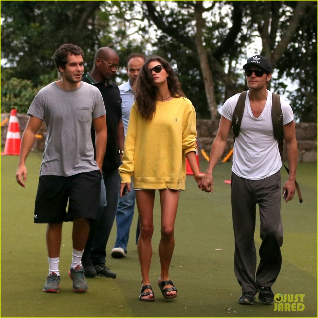 paul-wesley-phoebe-tonkin-look-so-cute-together-in-rio-21