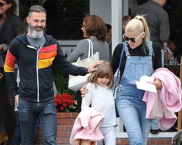 Бизи Филиппс с супругом Марком Силверстейном и старшей дочкой