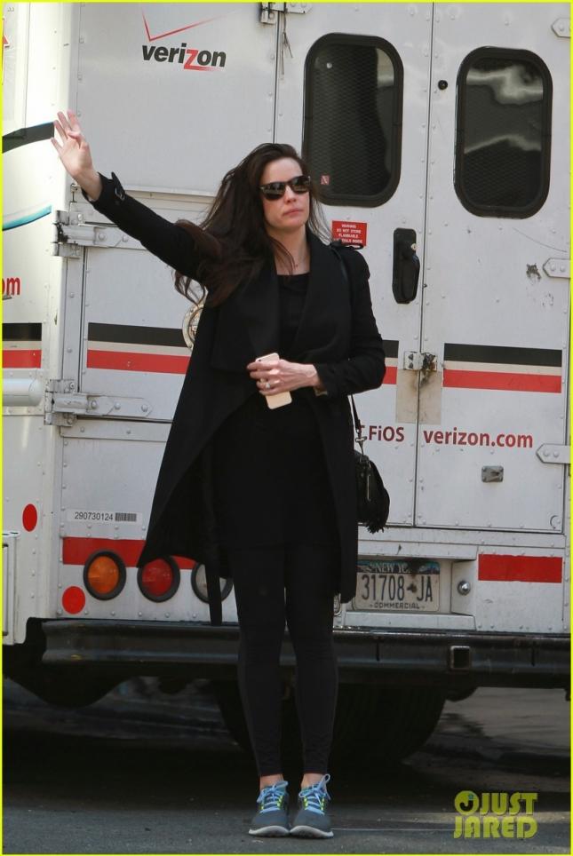 Новая королева чёрного цвета - Лив Тайлер - ловит такси в Нью-Йорке