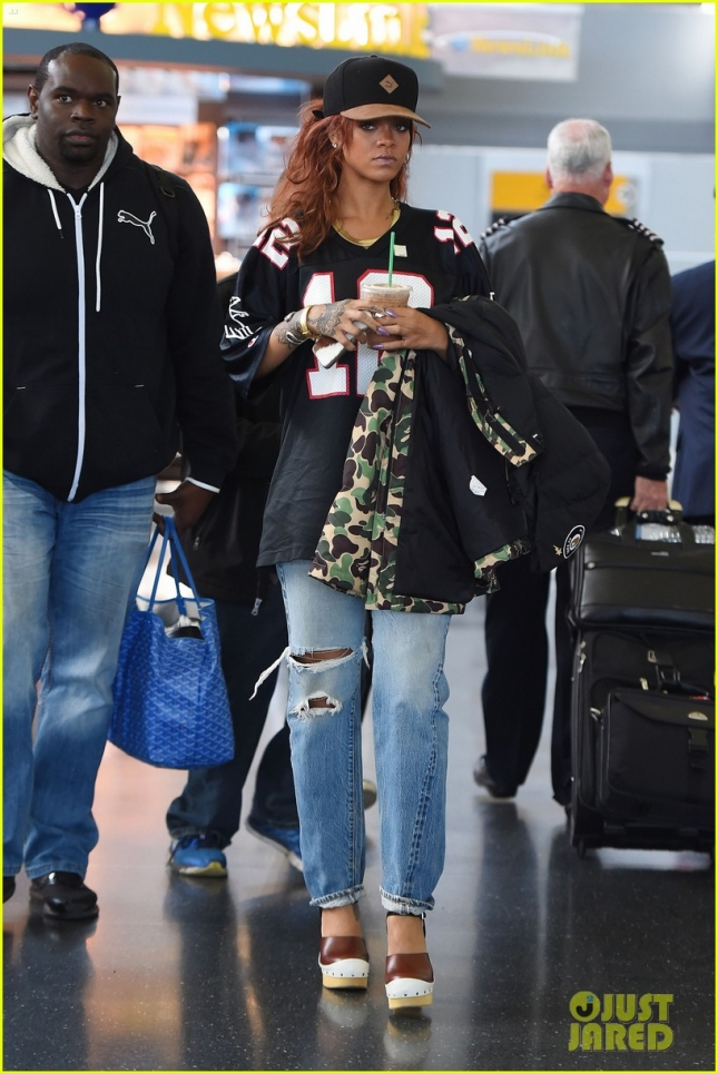 rihanna-goes-casual-while-arriving-for-met-gala-weekend-04