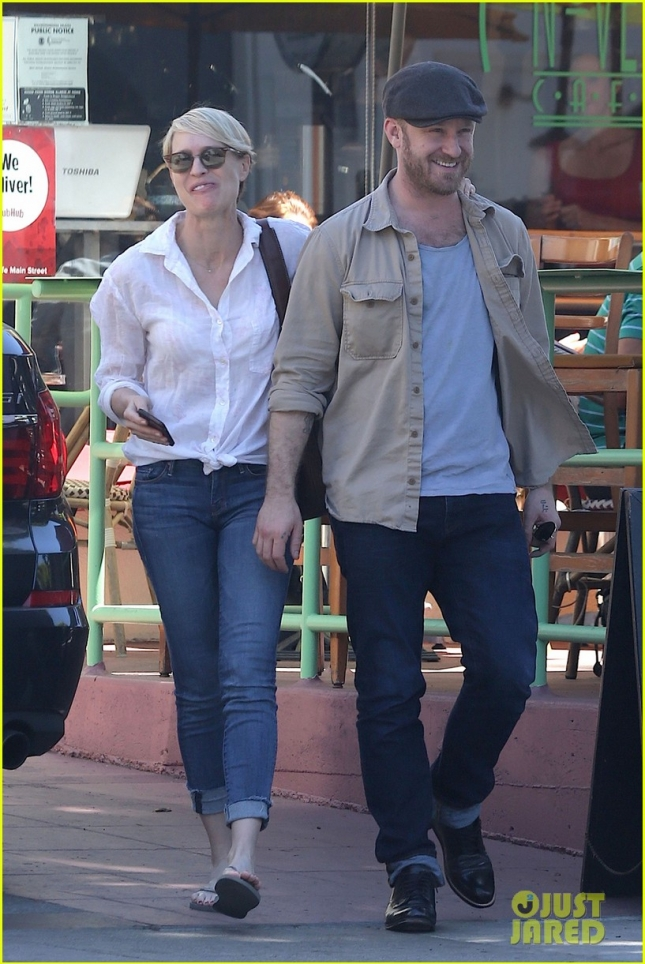 robin-wright-ben-foster-pda-in-santa-monica-02