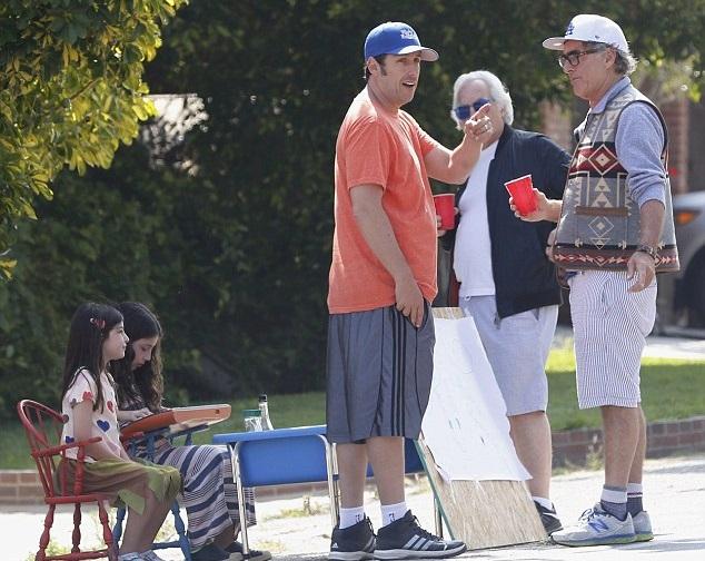 Адам Сэндлер с дочками организовали бизнес по продаже домашнего лимонада