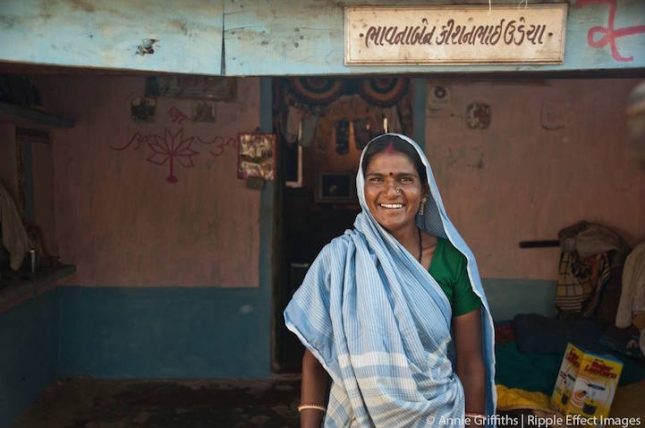 Эта женщина — одна из организаторов общины  SEWA (Self Employed Women's Association) улыбается солнечно и радушно потому, что она сумела заработать на собственный дом, и даже повесила вывеску с собственным именем над входом. А ведь она настоящая спасительница для голодных и обездоленных дам Индии. Уровень безработицы в Индии катастрофически высок – 94% женщин вообще не имеют работы и денег. Обеспеченные ведические и озолоченные мужьями женщины тут все-таки в меньшинстве. Остальным не хватает на кусок хлеба. Организовав частное женское предприятие, она и ее подруги помогают женщинам во всей Индии получить работу в сфере строительства и ремонта уличных фонарей. Поскольку с уличным освещением тут туго, работы женщинам хватит лет на 50. Сегодня ассоциация в сотрудничестве с компанией Ripple Effect  уже помогла более чем миллиону индианок.