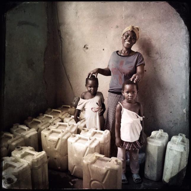 В Уганде, где большинство людей не имеют доступа к чистой воде, Сисси Накалея работает миротворцем и главой семейной общины. Она и ее дети каждый день таскают до 40 канистр воды, которую за умеренную плату передает другим. Она высвобождает огромное количество времени другим людям, а сама питается и растит детей на то, что ей платят.