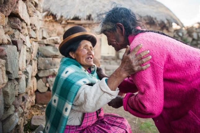 София Пилько, не ее сестра, но тоже выходец из нищей семьи в Перу. Она была бездомной много лет, пока не узнала о программе помощи бездомным «Здоровые дома в Перу». Теперь у старушки есть возможность спать на кровати и готовить на плите, впервые в жизни. София стала зарабатывать на том, что продает горячую еду, и все деньги тратит на то, чтобы помочь другим обездоленным женщинам своей общины. От бедности и уныния многие женщины активно курят, умирают молодыми от токсичных ядов жесткого табака Анд. София рассказывает, что жизнь прекрасна, утешает и подкармливает. К ней идут поплакаться и получить немного света души.