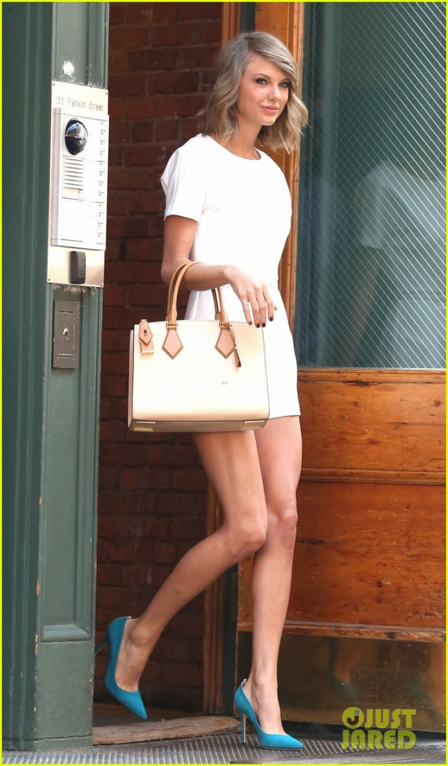 Taylor Swift Shows Off Her Legs In New York