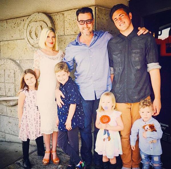 Тори Спелинг с мужем и детьми