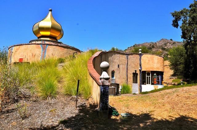 Винный завод Quixote находится в Калифорнии, в Долине Напы. Владелец завода был дружен с архитектором, и они совместно спроектировали это чудесное творение зодчества. Живая крыша завода засажена кустарниками и деревьями, купол покрыт 24-каратным золотом.