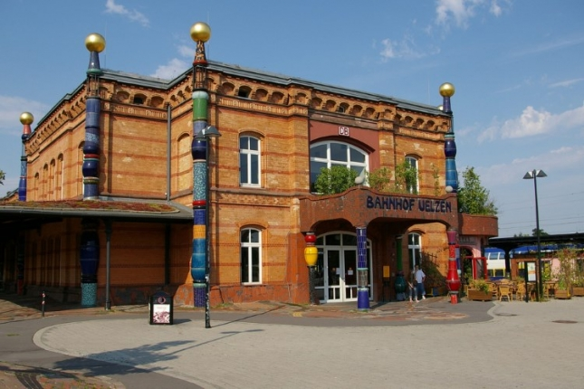 Вокзал в Ульцене. Во время ВОВ станция была частично разрушена, а затем архитектор ее реставрировал. Сегодня это одна из главных достопримечательностей города.
