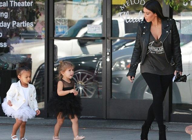 Ким Кардашян с дочкой и племянницей