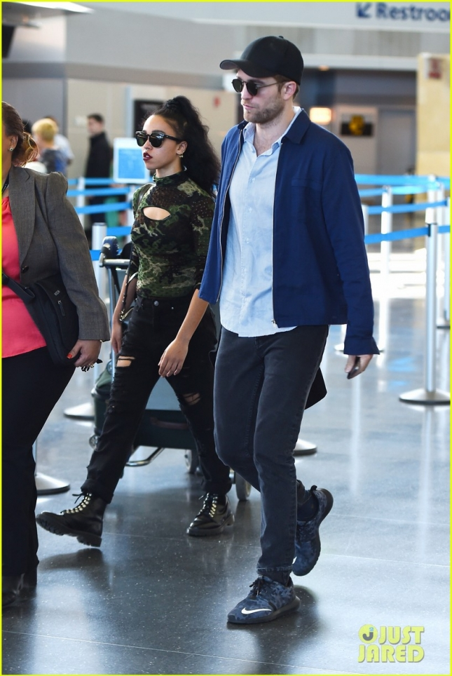 Роберт Паттинсон и Талия Барнетт приземлились в Нью-Йорке. Возможно пара впервые появится вместе на красной дорожке Met Gala!?