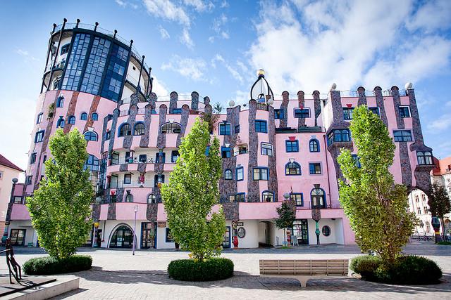 Зеленая цитадель находится в сердце Магдебурга с 2005 года, построена в всоточно-германском стиле. Здесь находится отель на 42 номера, каждый из номеров по-своему особенный, поэтому побывать хочется во всех. Здесь есть театр, офисы, магазины, детский сад, 55 жилых комнат. Название свое кондоминиум-гарден получил из-за обилия озеленения на крыше.