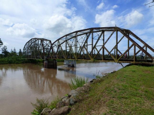 Коста-Рика и Панама. По одностороннему мосту через реку Сиксаола ездят ежедневно сотни атвомобилей.
