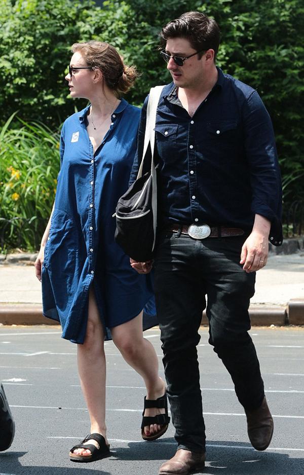 Кэри и Маркус Мамфорд на прогулке, май 2015