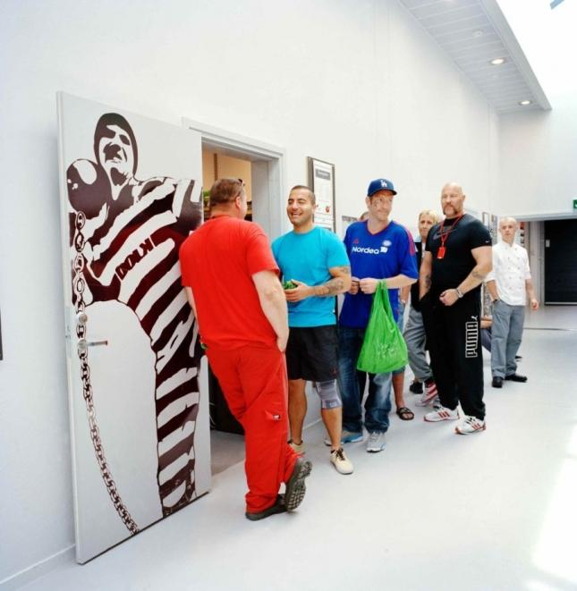 Есть в тюрьме магазин, где заключенные могут покупать продукты и некоторые вещи, чтобы было полное ощущение обычной жизни.