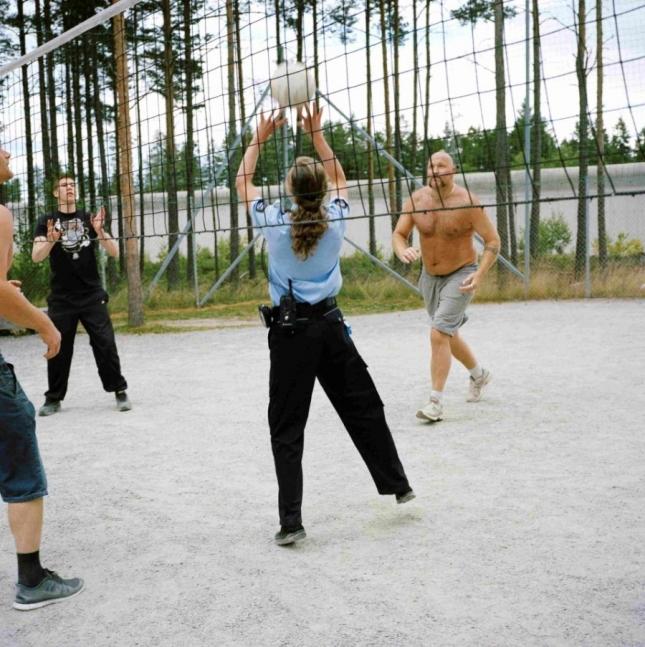 Охранницы тюрьмы  -  в основном женщины. Они не носят оружие, чтобы не смущать заключенных, общаются с ними, играют в волейбол, вообще дружелюбны.
