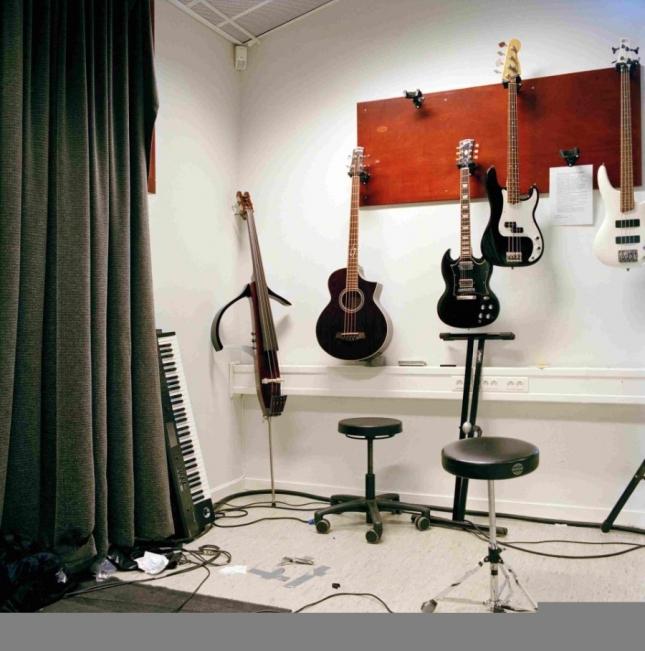 если заключенные хотят играть и писать музыку, то к их услугам есть комната с инструментами, причем весьма неплохими.